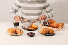 Mens met veelvoudig type van Snel voedsel Ongezond voedselconcept royalty-vrije stock afbeeldingen