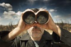 Mens met verrekijkers Stock Foto