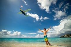 Mens met vliegtuig die over op beroemd Maho-strand vliegen royalty-vrije stock afbeelding