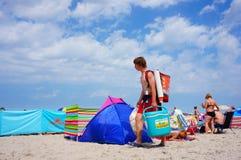 Mens met voedsel bij strand Stock Foto's