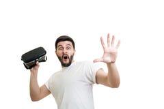 Mens met VR-beschermende brillen Stock Afbeeldingen