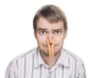 Mens met wasknijper op zijn neus. royalty-vrije stock afbeeldingen