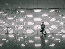 Mens met zakken bij de luchthaven royalty-vrije stock foto