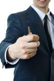 Mens met zeer belangrijke in hand close-up. Stock Afbeelding