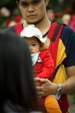 Mens met zijn dochter in de menigte royalty-vrije stock afbeelding