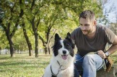 Mens met zijn hond stock foto