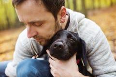 Mens met zijn hond Royalty-vrije Stock Foto's
