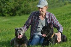 Mens met Zijn Honden stock foto's