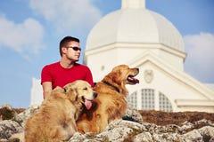 Mens met Zijn Honden Royalty-vrije Stock Foto's