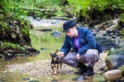 Mens met zijn kleine hond Royalty-vrije Stock Foto
