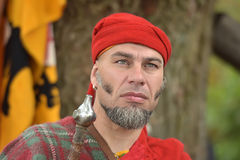 Mens in middeleeuws kostuum, historisch festival Stock Foto