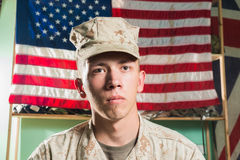 Mens in militaire eenvormig op de vlagachtergrond van de V.S. Stock Fotografie