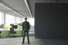 Mens in modern bureau met copyspace Royalty-vrije Stock Afbeelding