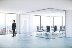 Mens in moderne vergaderzaal royalty-vrije stock afbeeldingen