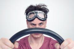 Mens in modieuze beschermende brillen met stuurwiel, het concept van de autobestuurder Stock Afbeeldingen