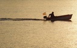 Mens in motorboot, Spanje royalty-vrije stock foto