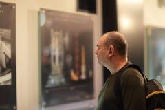 Mens in museum stock afbeeldingen