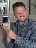 Mens netto surfen en tekstoverseinen met mobiele telefoon royalty-vrije stock foto