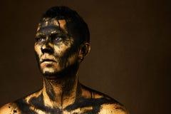 Mens omvat met gouden verf en zwarte ruwe olieverf stock afbeeldingen
