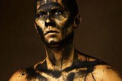 Mens omvat met gouden verf en zwarte ruwe olieverf royalty-vrije stock fotografie