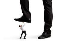 Mens onder been zijn werkgever stock afbeeldingen