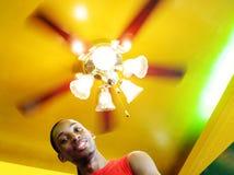Mens onder een het spinnen licht royalty-vrije stock foto