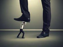 Mens onder groot been zijn werkgever Stock Foto