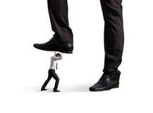Mens onder groot been zijn werkgever Royalty-vrije Stock Fotografie