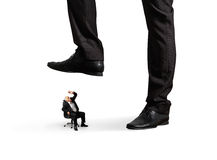 Mens onder groot been zijn werkgever Royalty-vrije Stock Afbeeldingen