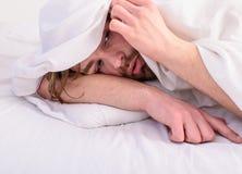 Mens ongeschoren knap het ontspannen bed Laat comfortabel uw lichaam voelen Mensen slaperig slaperig ongeschoren gebaard die gezi royalty-vrije stock afbeeldingen