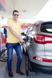 Mens op benzinestation stock afbeeldingen
