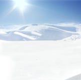 Mens op berg, de winter, sneeuw Stock Afbeeldingen