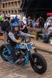 Mens op Blauwe Motorfiets Stock Foto's