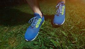 Mens op blauwe schoenen in werking die wordt gesteld die stock foto