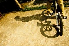 Mens op BMX met schaduw stock afbeelding
