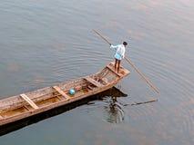 Mens op boot stock afbeelding