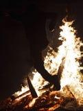 Mens op brand stock afbeelding