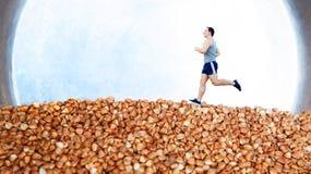 Mens op buckweat met staalachtergrond die in werking wordt gesteld Concept juiste voeding voor van de sportmanmacht en snelheid s stock afbeeldingen