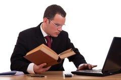 Mens op bureau lezing en het bestuderen, Royalty-vrije Stock Foto
