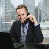 Mens op bureautelefoon Royalty-vrije Stock Afbeelding