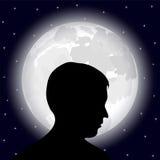 Mens op de achtergrond van de volle maan Royalty-vrije Stock Foto