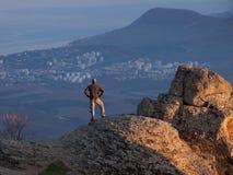 Mens op de bovenkant van de berg Stock Fotografie