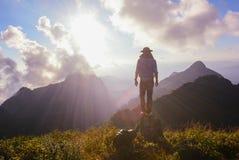 Mens op de bovenkant van de heuvel die op prachtig landschap letten Royalty-vrije Stock Foto