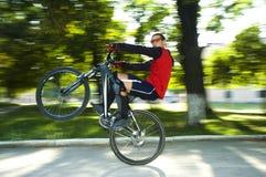 Mens op de fiets Royalty-vrije Stock Foto's