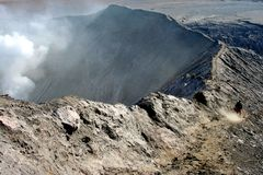 Mens op de rand van vulkaan Stock Fotografie
