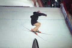 Mens op de ski in de lucht Stock Foto's