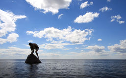 Mens op de steen Stock Afbeelding