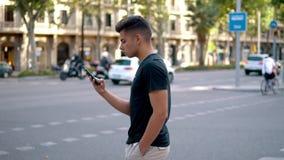 Mens op de straat die op een celtelefoon babbelen stock footage