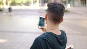 Mens op de straat die op een celtelefoon babbelen stock video