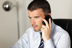Mens op de telefoon Stock Foto